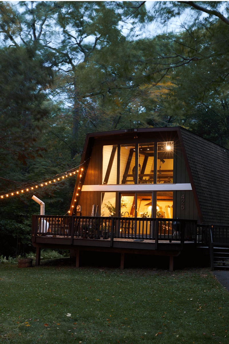 A flat-topped A-frame house seen at dusk in Tannersville, New York.